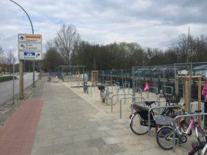 Vor der P+R-Palette am Berner Heerweg sind die neuen Fahrrad-Abstellanlagen schon fast fertig.