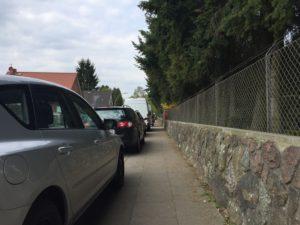 parkende Autos engen den Gehweg in der Straße Am Friedhof in Hamburg-Rahlstedt ein