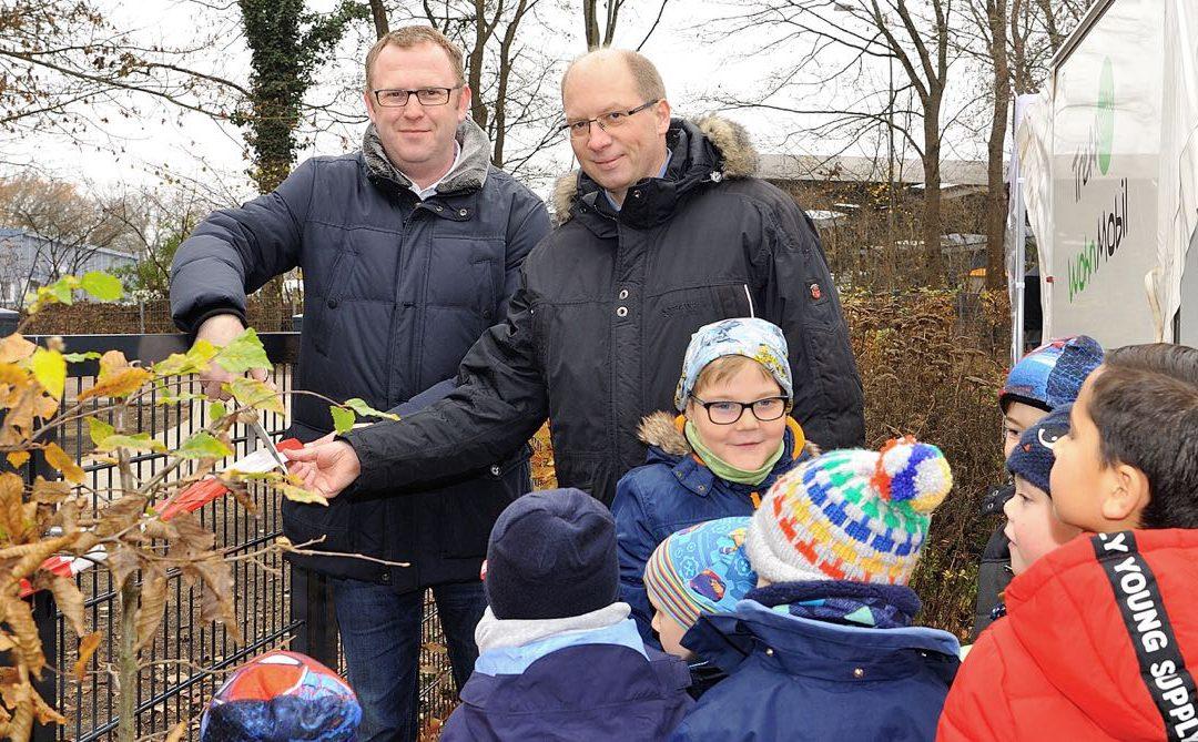 Nydamer Weg: Wiederaufgebauter Spielplatz an Kinder übergeben